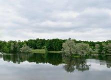 与湖的夏天风景和天空在Gatchina停放 免版税库存图片