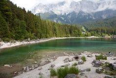 与湖的山 免版税库存照片