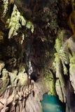 与湖的洞在Monasterio de Piedra 免版税库存图片