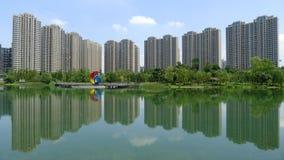 与湖的现代大厦在成都 库存照片