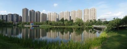 与湖的现代大厦在成都 库存图片