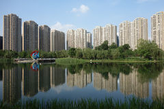 与湖的现代大厦在成都 免版税图库摄影