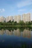 与湖的现代大厦在成都 图库摄影