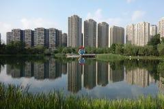 与湖的现代大厦在成都 免版税库存图片