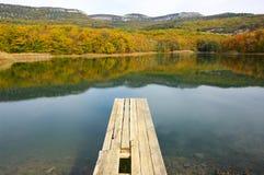 与湖的秋季风景 库存照片