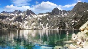 与湖的美丽如画的自然风景 图库摄影