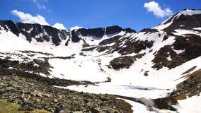 与湖的美丽如画的自然风景 免版税图库摄影