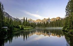 与湖的美好的山场面 免版税图库摄影