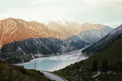 与湖的美好的山风景 库存照片