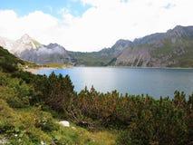 与湖的高山风景在夏天 免版税库存照片