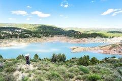 与湖,一个草帽的一个人的美好的山风景有照相机的 免版税库存图片