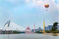 与湖,桥梁的美好的城市视图,有气球的 免版税库存图片