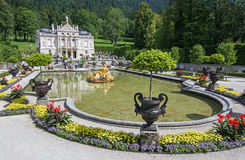 与湖,巴伐利亚,德国的Linderhof城堡。从diff的游人 库存照片