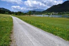与湖Weissensee,奥地利的供徒步旅行的小道 免版税库存照片