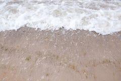 与湿沙子特写镜头的美丽的沿海 免版税库存图片