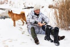 与湿脚的猎人 库存照片