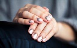 与溢出的时髦的灰色修指甲!时尚,手,手指 图库摄影