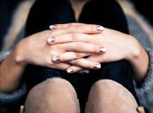 与溢出的时髦的灰色修指甲!时尚,手,手指 免版税库存照片