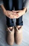 与溢出的时髦的灰色修指甲!时尚,手,手指 库存图片
