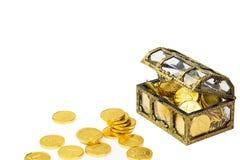 与溢出的金黄硬币的老珍宝胸口 免版税图库摄影