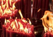 与溶解的红色蜡的蜡烛 免版税图库摄影