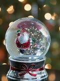 与滑冰的圣诞老人的雪地球 免版税图库摄影