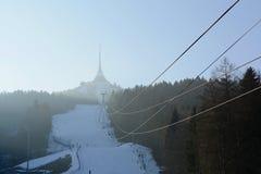 与滑雪倾斜的说笑话的发射机塔和缆车在冬天,捷克,欧洲 库存图片