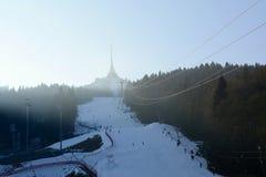 与滑雪倾斜的说笑话的发射机塔和缆车在冬天,捷克,欧洲 免版税库存图片