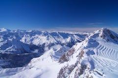与滑雪区域的高山 免版税库存照片