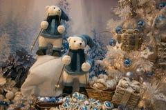 与滑雪在雪和圣诞树的北极熊的冬天风景与装饰 库存照片