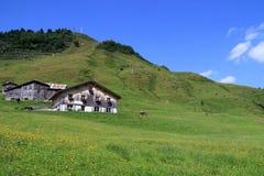 与滑雪电缆车的山在奥地利 库存图片