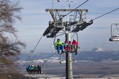 与滑雪者的升降椅背景山 斯洛伐克 免版税图库摄影