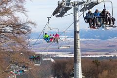与滑雪者的升降椅背景山 斯洛伐克 图库摄影