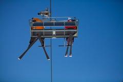 与滑雪者的升降椅 免版税库存照片