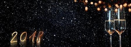 与满天星斗的天空和bokeh的新年2018年香槟 库存图片