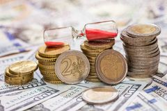 与滴漏和美元的欧洲硬币 库存图片