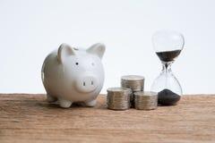 与滴漏或sandglass,贪心ba的财务或投资时间 图库摄影