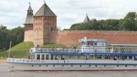 与漂浮在河的游人的客船 影视素材