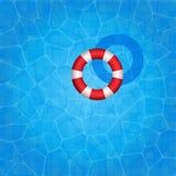 与漂浮对此的橡胶环的游泳池 免版税图库摄影