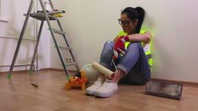 与漆滚筒的紧张妇女建造者 影视素材