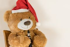 与演奏单簧管的圣诞节盖帽的被充塞的熊 图库摄影