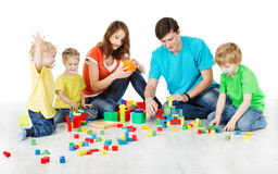 与演奏玩具块的孩子的系列 免版税库存照片