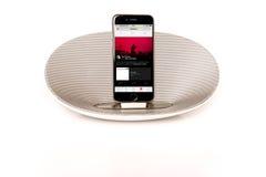 与演奏苹果计算机音乐的扩音器的IPhone 6 库存照片
