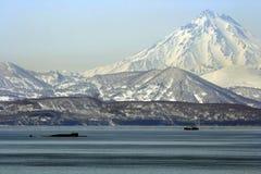 与潜水艇和捕鱼船的Avacha海湾 免版税库存图片