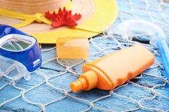 与潜水面具和帽子的遮光剂 免版税库存图片