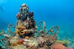 与潜水snorkeler的水下的菩萨雕象在背景 库存照片