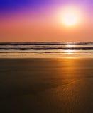 与潮汐的垂直的充满活力的虚幻的梦想海洋日落 库存照片