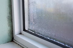 与潮湿和结露的议院窗口 免版税库存图片