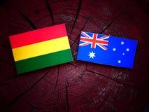 与澳大利亚旗子的玻利维亚的旗子在被隔绝的树桩 免版税库存图片