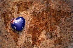 与澳大利亚的国旗的心脏葡萄酒世界地图裂缝纸背景的 免版税库存图片